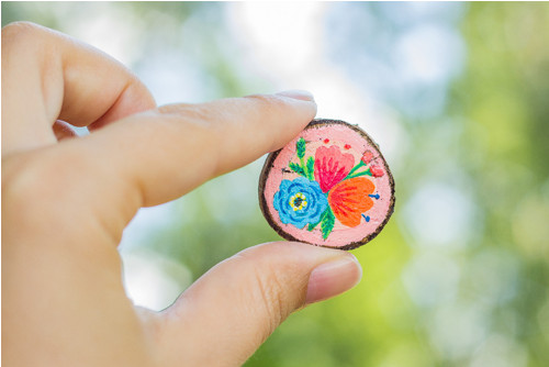 Ručně malovaná brož s květy - světle meruňková