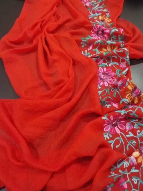Delší šála s výšivkou— červená