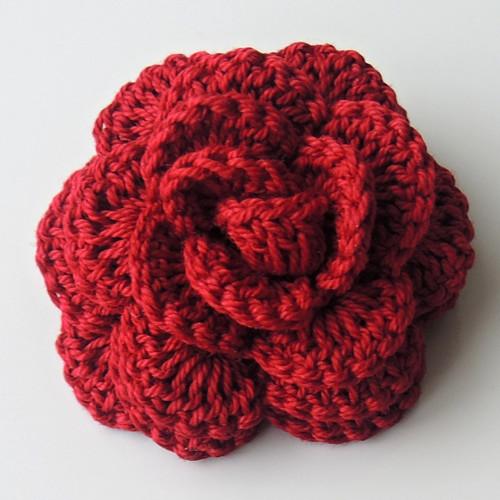 Háčkovaná brož - růže bordó