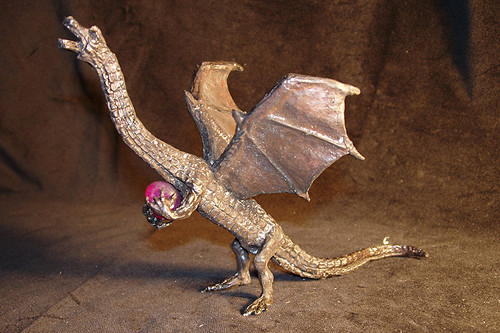 Vzlétající drak s polodrahokamem - cín s patinou