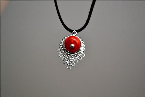 Červený korál s ozdobou