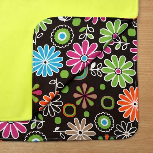 Nepropustná přebalovací podložka-zelená, květy