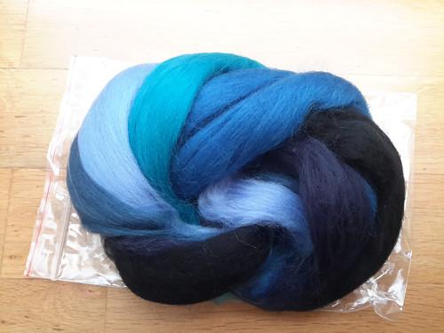 Česanec Merino, rouno,  mix barev modrá-černa 50g
