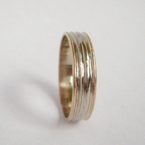 V bílé a červené (prsten)