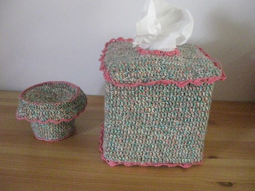 Háčkovaný obal na kapesníky s krabičkou