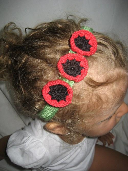 Háčkovaná čelenka s kytkami - červenočerná/zelená