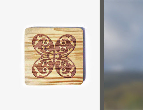 Ornament - motýlek gravírovaný na dřevo