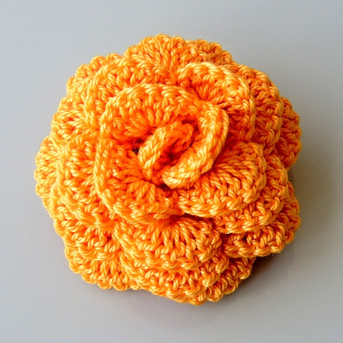 Háčkovaná brož - růže oranžová