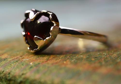 Zlatý pouťový prstýnek SRDCE s almandinem