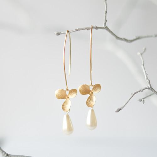 Zlaté náušnice s perlami a orchidejemi