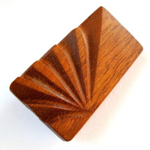 Brož z třešňového dřeva