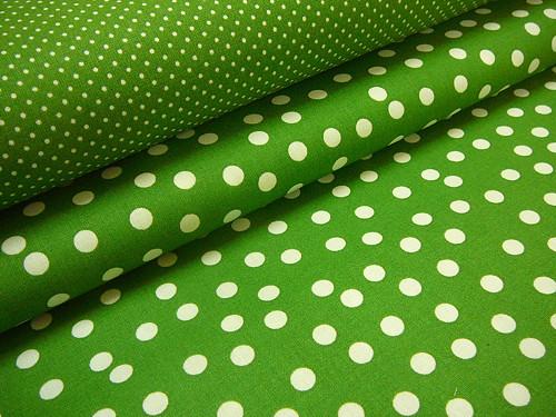 metráž-zelená s nepravidelným puntíkem-šíře 140cm