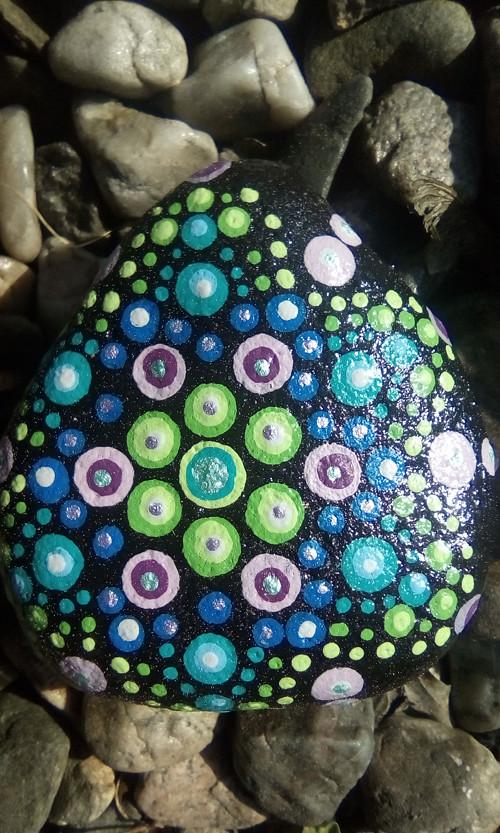 Mandala na kameni, fialovo zelená