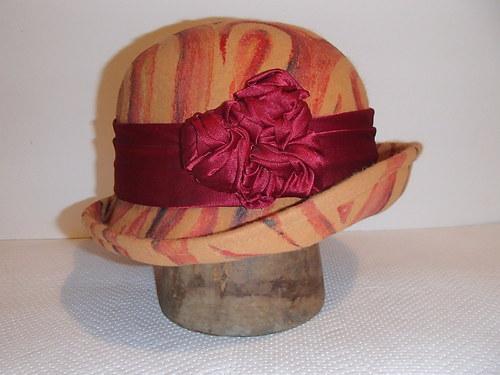 Malovaný dámský plstěný klobouk žluto-červený