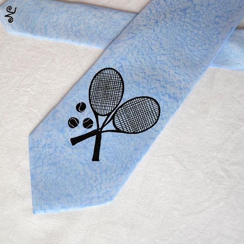 Hedvábná kravata s tenisovým motivem - sv. modrá