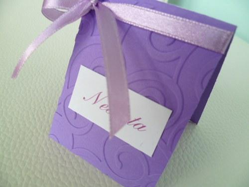 fialové mini jmenovky na svatební stůl..