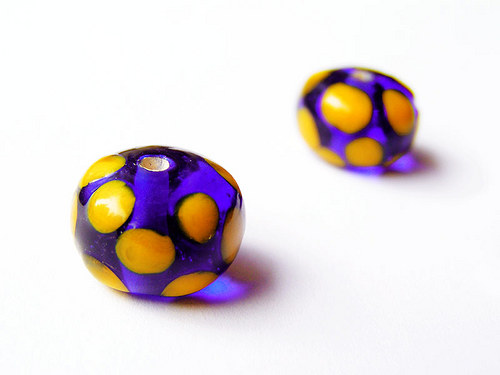 Inkoustový donut se žlutými puntíky ((V152))