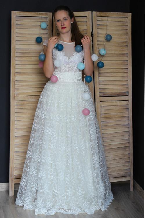 Svatební šaty s vyšívaným živůtkem a krajkovou suk