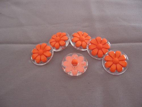 Knoflík - Oranžová kytička