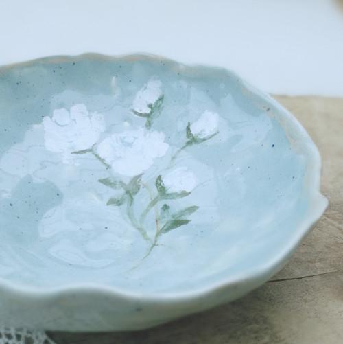 Modrá miska s bílou růží