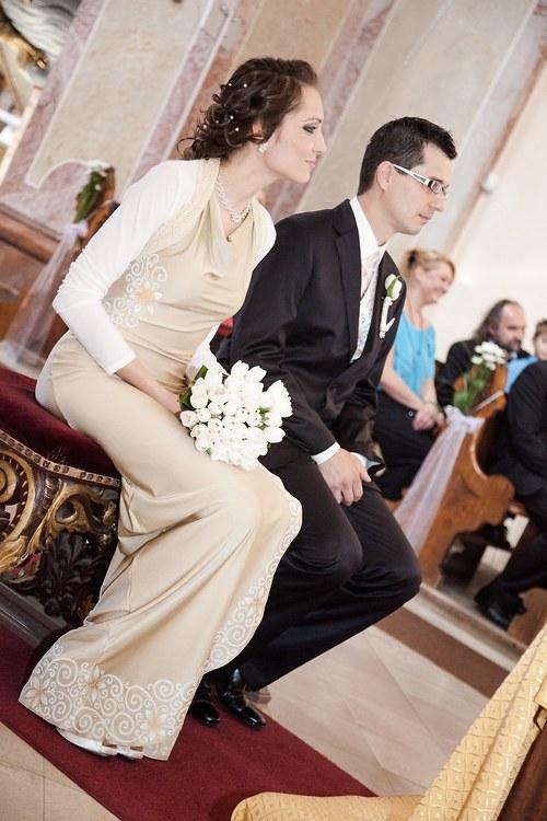 Originální svatební šaty s květinovým motivem