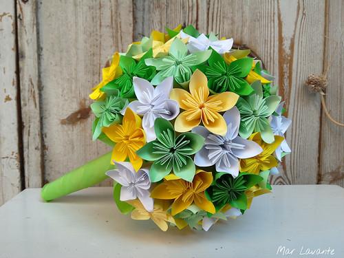 Papírová origami kytice v barvách jara