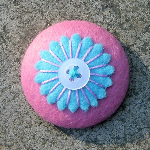 Brožka s květinkou v modro-růžové