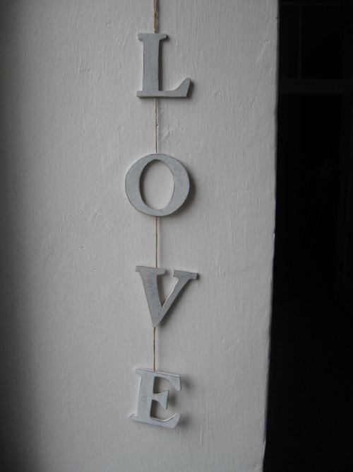 Dřevěná dekorace - písmena na provázku - patina