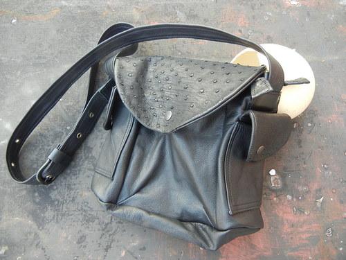 Černá kožená kabelka s pštrosí kůží