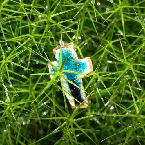 Keramický křížek modrý v kapkách rosy