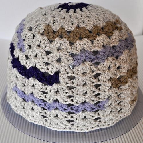 Béžová s fialovou - dospělácká čepice