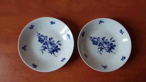 Značené porcelánové talíře s modrými květy