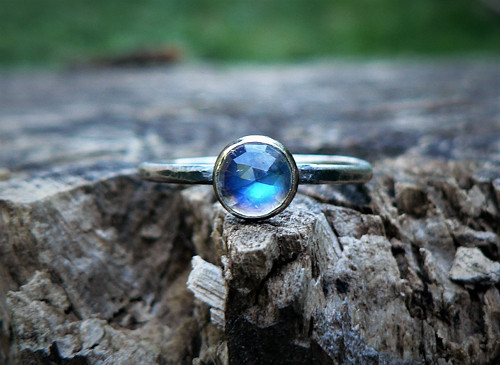 Strieborný (Ag925) Prsteň s Mesačným kameňom
