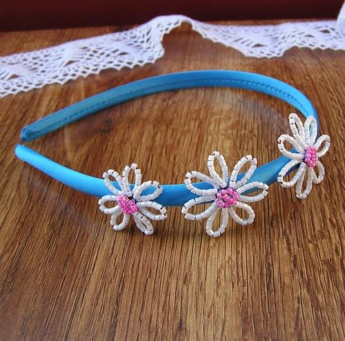Čelenka s kytičkama z korálků - bílá na modré