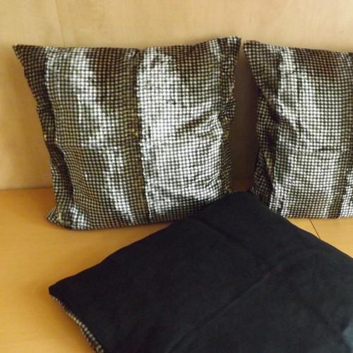 Mat a lesk. Povlak na polštář z lisované kožešiny.