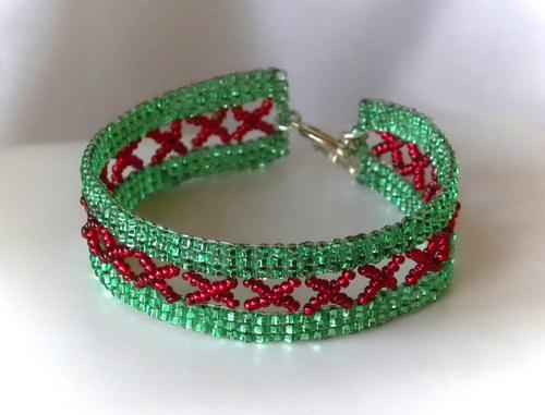 Zelený náramek šitý z korálků