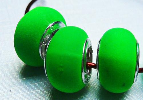 Korálek se šir. průtahem gumový - zelená / 1 ks