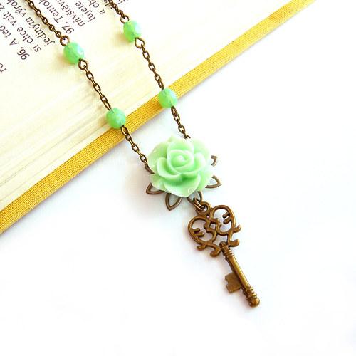 Náhrdelník zelinkavý s růžičkou a klíčkem.
