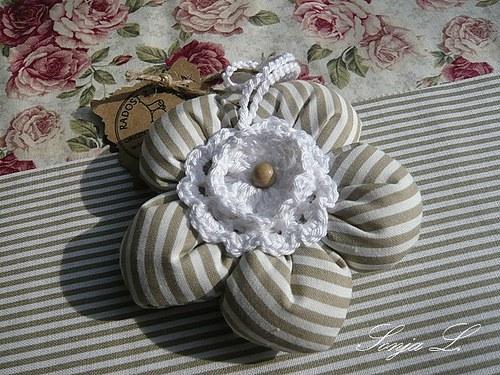 Látková kytička  ~ šedobéžový proužek