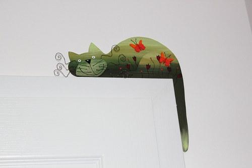 Dřevěná kočka MOTÝLÍ na dveře nebo polici