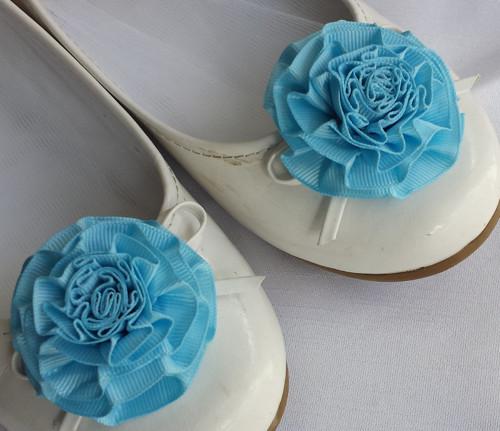 Klipy na boty pro nevěstu s modrou květinkou
