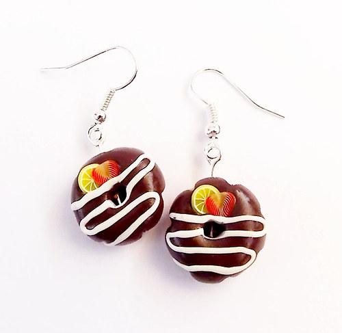 Donutky s čokoládovou polevou,jahodami a citronem