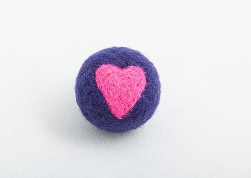 Plstěná kulička pro kočku se šantou - fialová