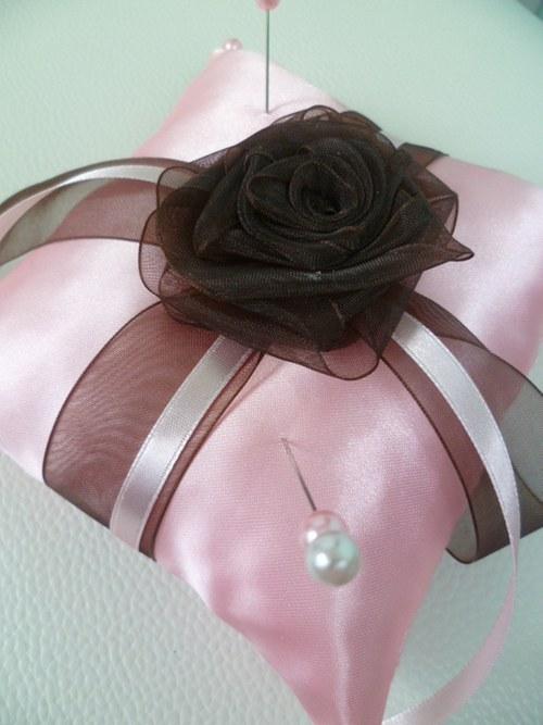růžovovohnědý polštářek pod prstýnky s růží