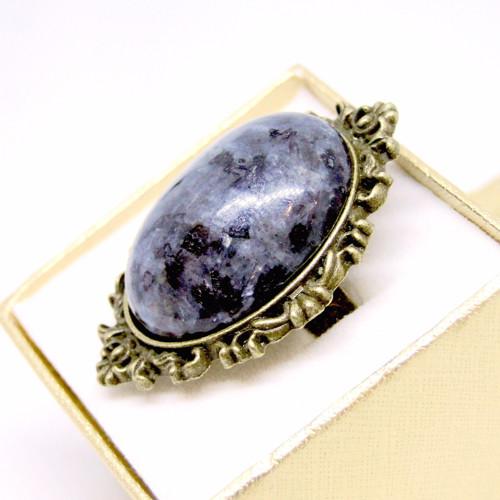 Výrazný prsteň s larvikitom v bronzovom prevedení