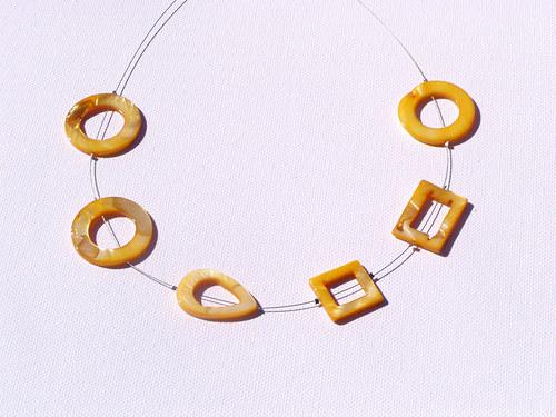 žlutý r§znorodý náhrdelník