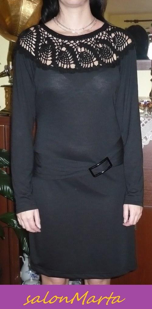 Černé šaty s háčkovanou vsadkou