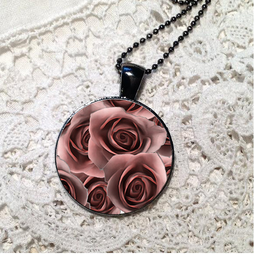 Přívěsek - ustláno v růžích  (červenohnědá)