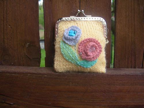 Pletená peněženka s kytičkami