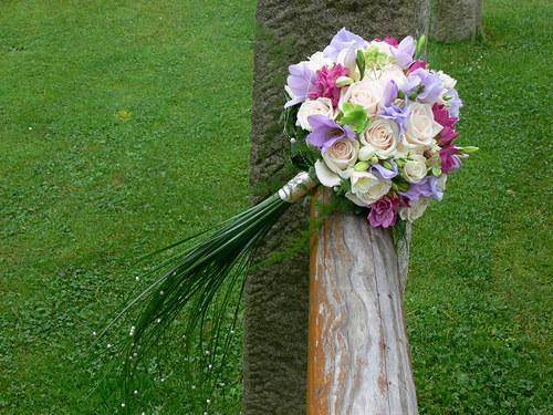 Smetanovo fialková - kulatá kytice s ohonem
